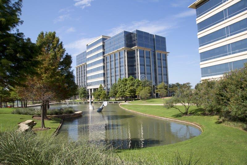 Projeto moderno agradável dos prédios de escritórios e das paisagens imagens de stock royalty free