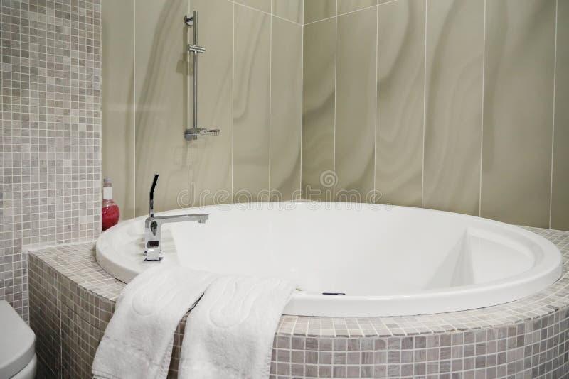 Projeto moderno do banheiro com banheira oval fotos de stock