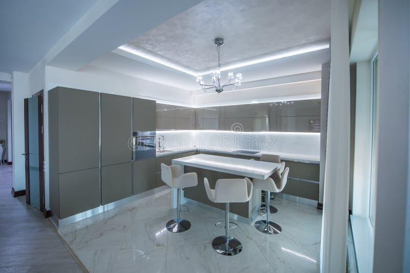 Projeto moderno interior da cozinha bonita fotografia de stock