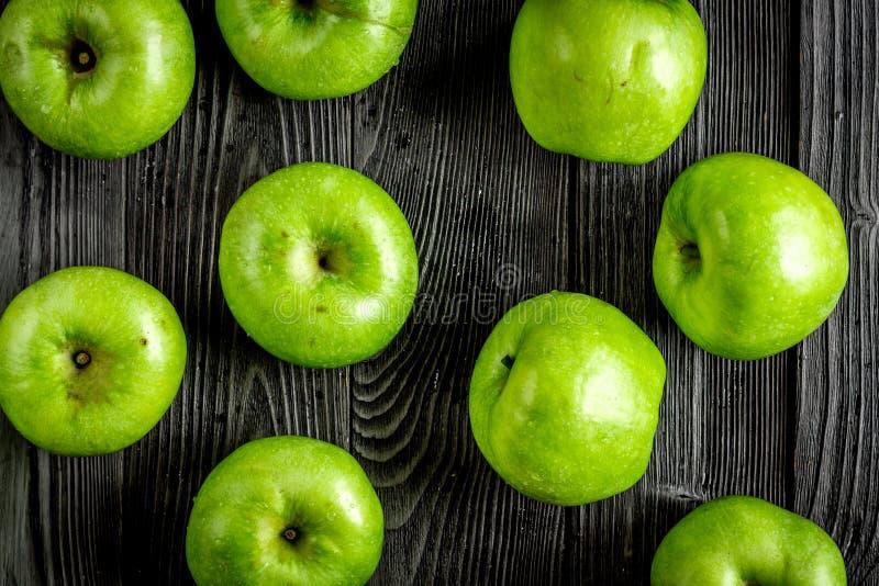 projeto natural do alimento com teste padrão escuro da opinião superior do fundo da mesa das maçãs verdes foto de stock royalty free