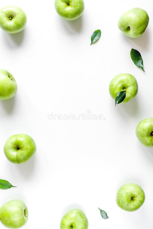 Projeto natural do alimento com zombaria branca da opinião superior do fundo da mesa do quadro verde das maçãs acima imagens de stock royalty free