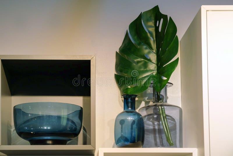 Projeto para as garrafas de vidro e os vasos da sala foto de stock