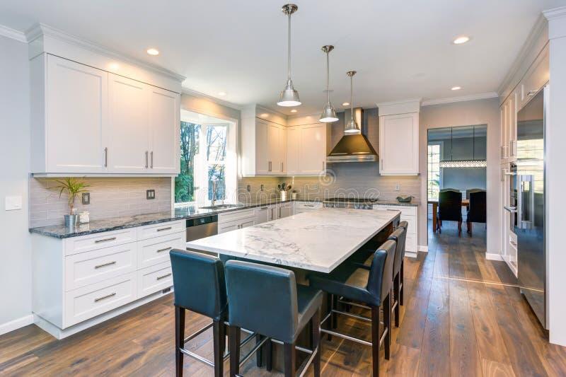 Projeto preto e branco bonito da cozinha imagens de stock