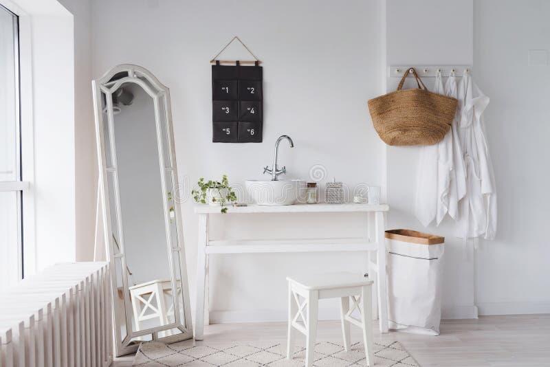 Projeto simples do banheiro com elementos do eco Estilo escandinavo do banheiro branco com um espelho do assoalho e uma janela imagens de stock