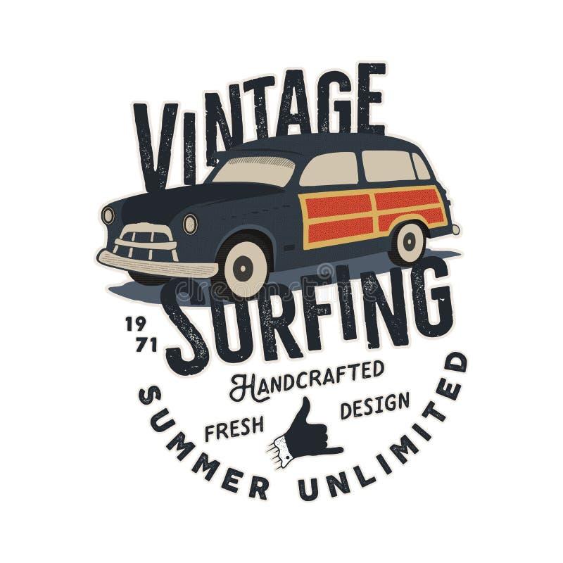 Projeto tirado mão do vetor da cópia do T do vintage com o carro retro da ressaca, o sinal do shaka e os elementos da tipografia  ilustração stock