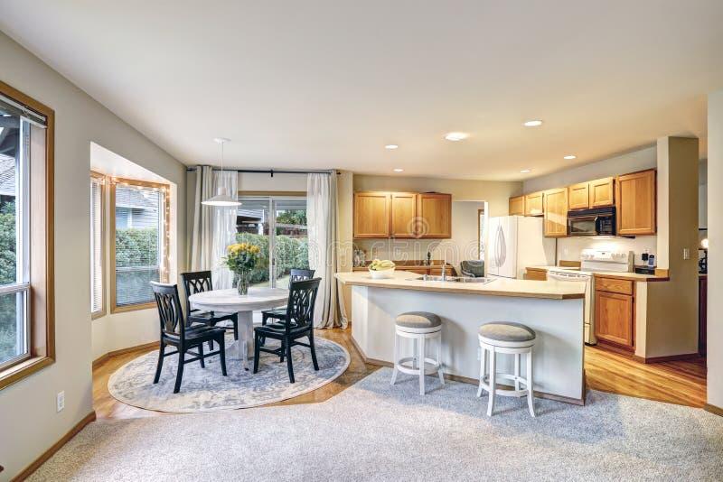 Projeto tradicional da sala do jantar e da cozinha em cores dos pontos mortos fotos de stock royalty free