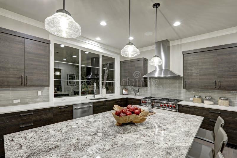 Projeto tradicional moderno da cozinha na casa luxuosa nova fotos de stock royalty free