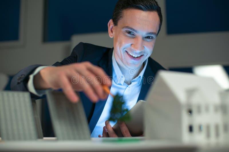 Projeto visualizando do coordenador masculino otimista foto de stock