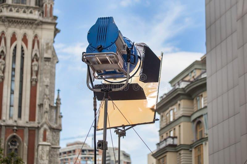 Projetor brilhante profissional grande com filtro de cor em um tripé foto de stock