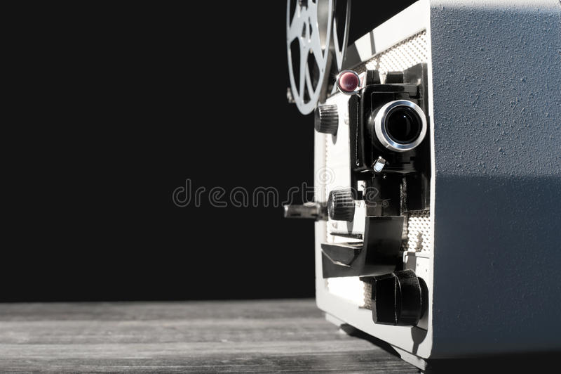 Projetor de filme do vintage 8mm na tabela fotografia de stock royalty free