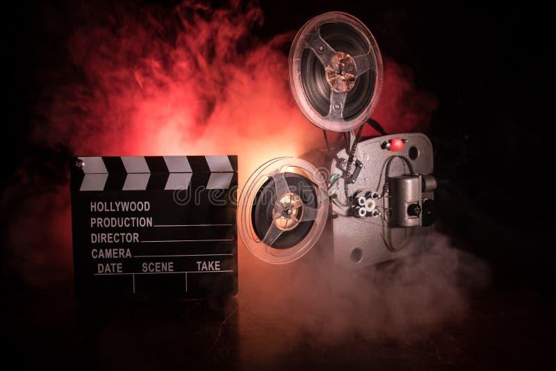 Projetor de filme velho do vintage em um fundo escuro com n?voa e luz Conceito da cinematografia fotografia de stock