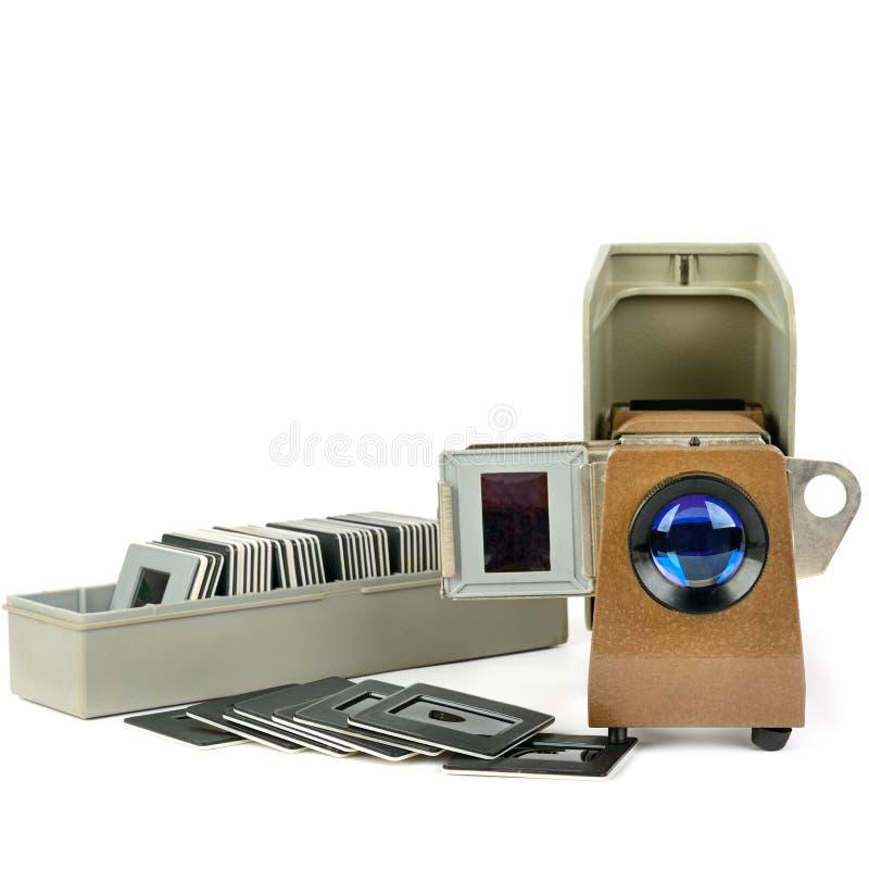 Projetor de slides e grupo velhos de corrediças isoladas no fundo branco Espaço livre para o texto fotografia de stock royalty free