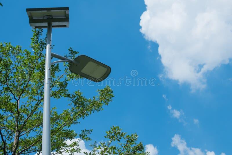 Projetor do diodo emissor de luz com energias solares no jardim da rua imagem de stock