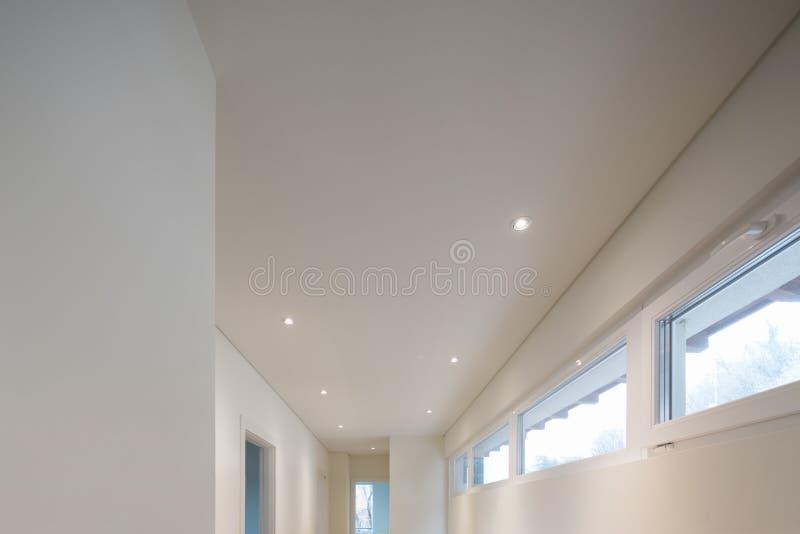 Projetor e telhado branco imagem de stock