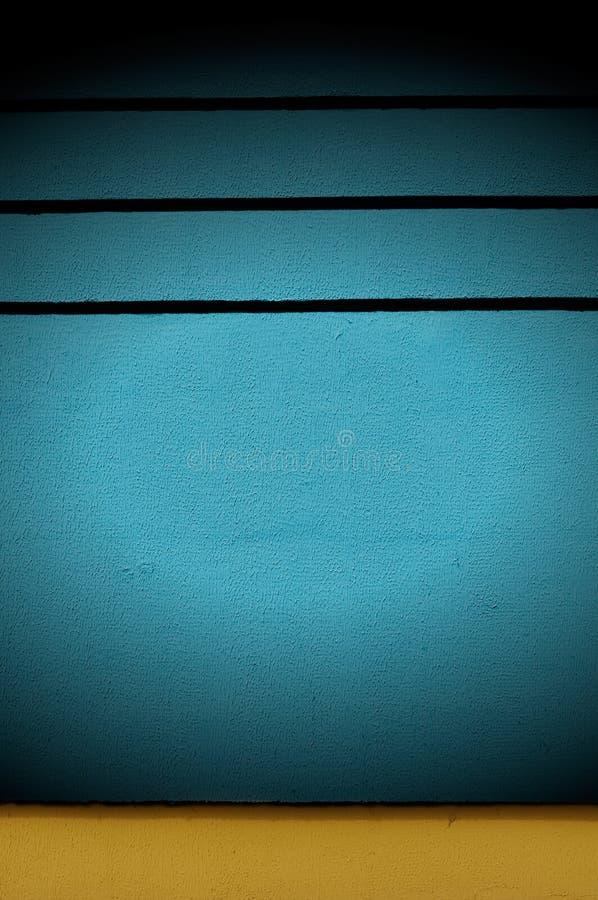 Projetor no muro de cimento azul imagem de stock