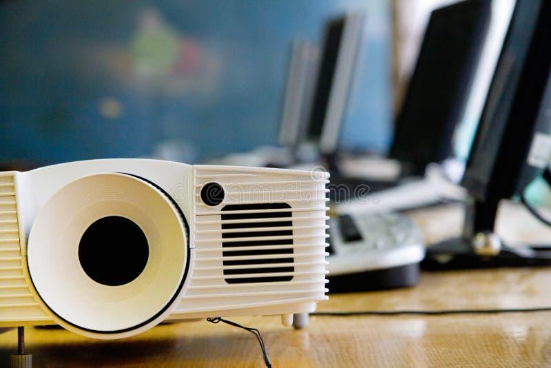 Projetor video do LCD na conferência ou na leitura de negócio no escritório com espaço da cópia imagens de stock royalty free