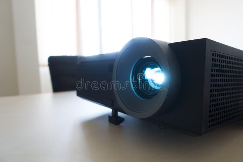 Projetor video na reunião de negócios, projetando uma apresentação fotos de stock