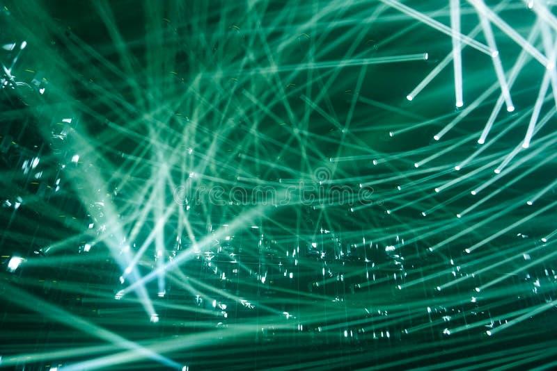 Projetores modernos raios de cor verde do fundo da luz fotografia de stock