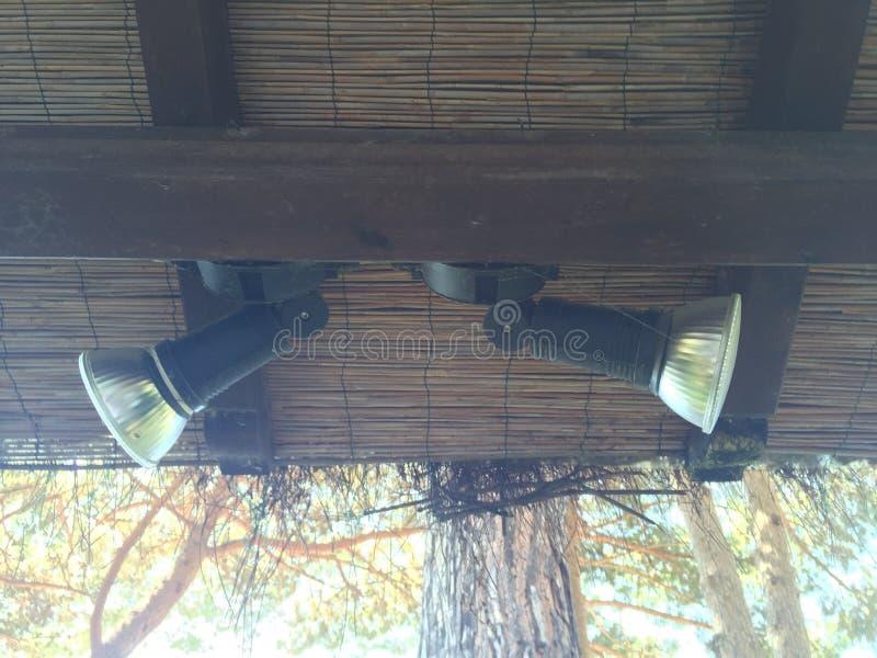 Projetores sob o telhado do feixe de madeira e do bambu imagem de stock royalty free