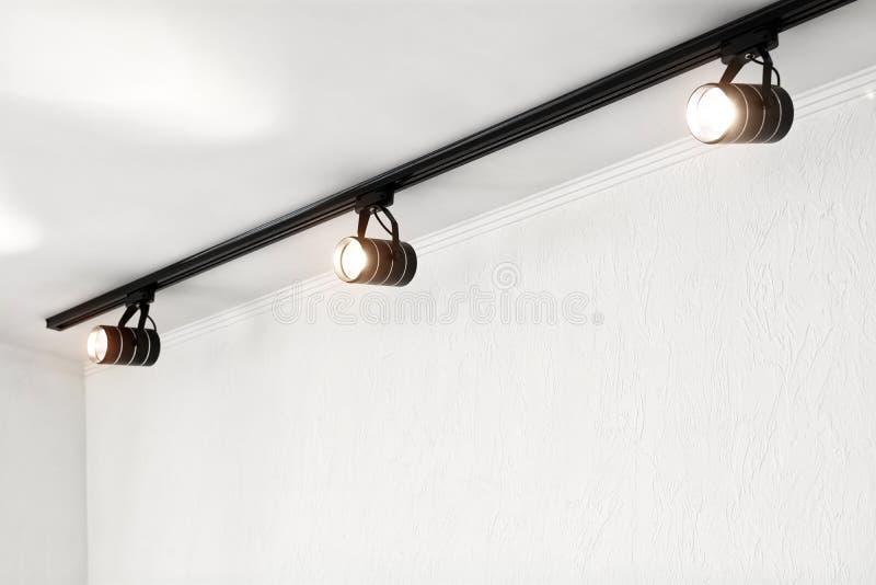 Projetores sob o teto na parede Sistema da Conduzir-iluminação da trilha imagem de stock royalty free