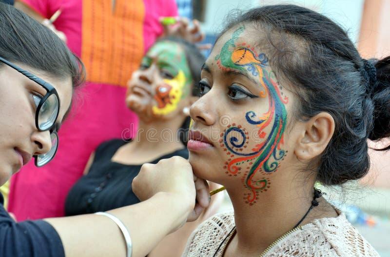 Projetos indianos tradicionais da pintura na cara fotos de stock