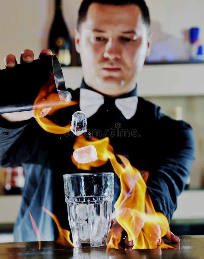 Prokellner bereiten coctail Getränk auf Partei vor stockfotos