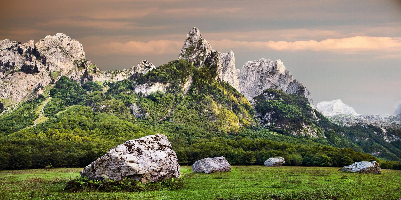 Prokletije-berg i Grebaje-dalen i Montenegro royaltyfri fotografi