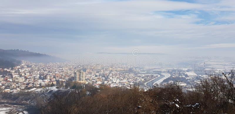 Prokuplje temprano por la mañana con los rayos del sol en la niebla imágenes de archivo libres de regalías