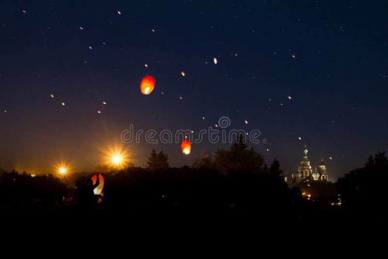 Prom op het Champ de Mars, vliegende lantaarns tegen de achtergrond van de hemel royalty-vrije stock foto's