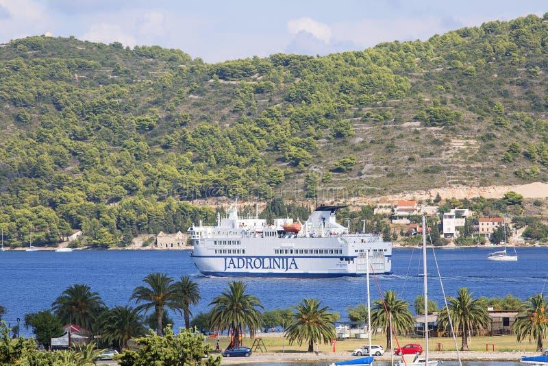Prom pasażerski łączący Split i Vis, żeglujący po morzu, Vis, Chorwacja obrazy royalty free
