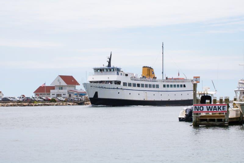 Prom przychodzi w port przez żadny kilwater strefy obrazy royalty free