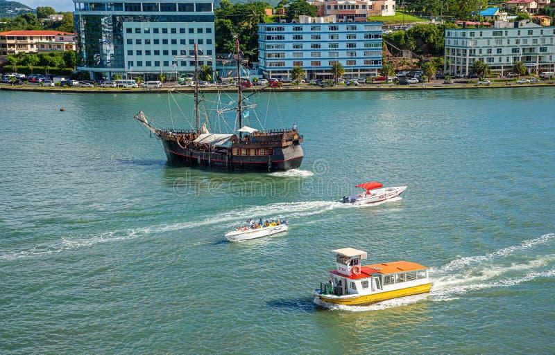Prom wycieczka turysyczna i pirat łódź w Świątobliwym Lucia zdjęcie stock