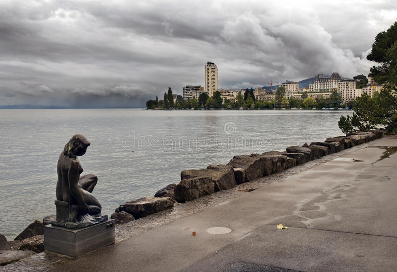 Promenad av sjöGenève nära Montreux efter regn royaltyfria bilder