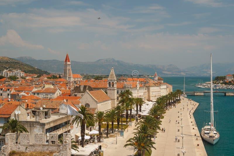 Promenad av Trogir, Kroatien royaltyfria foton