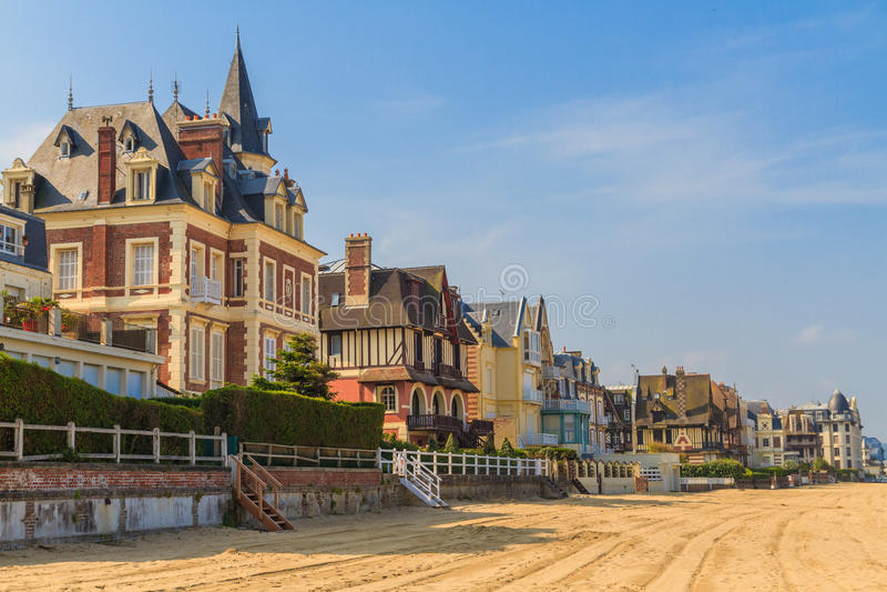 Promenad för Trouville surMer strand, Normandie arkivfoton