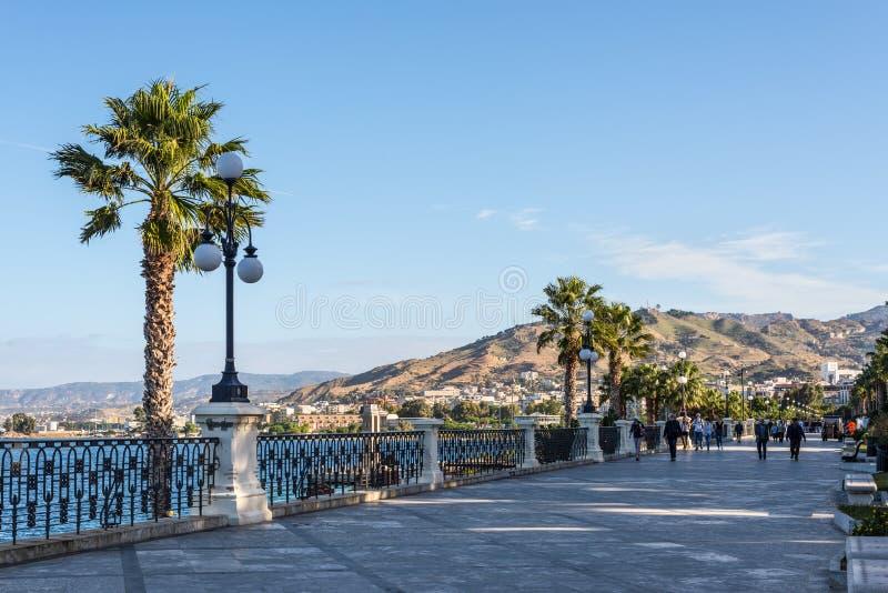 Promenad Lungomare Falcomata för Reggio Di Calabria kajstrand med sikt av kanalen av arkivfoto