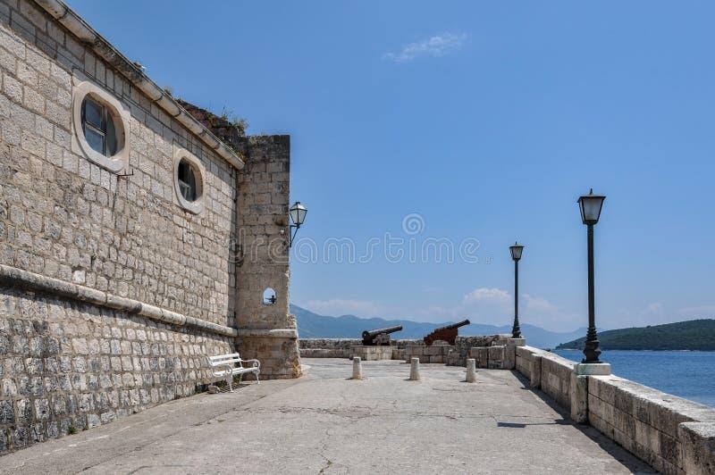 Promenad med kanoner på restna av helgonen för tornet allra, kallade lokalt Kula Svih Svetih som kallades också det Capello torne arkivbilder