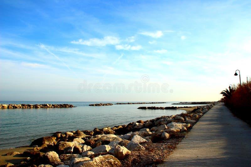 Promenad nära Adriatiskt havet som omges av massivt, vaggar royaltyfri fotografi
