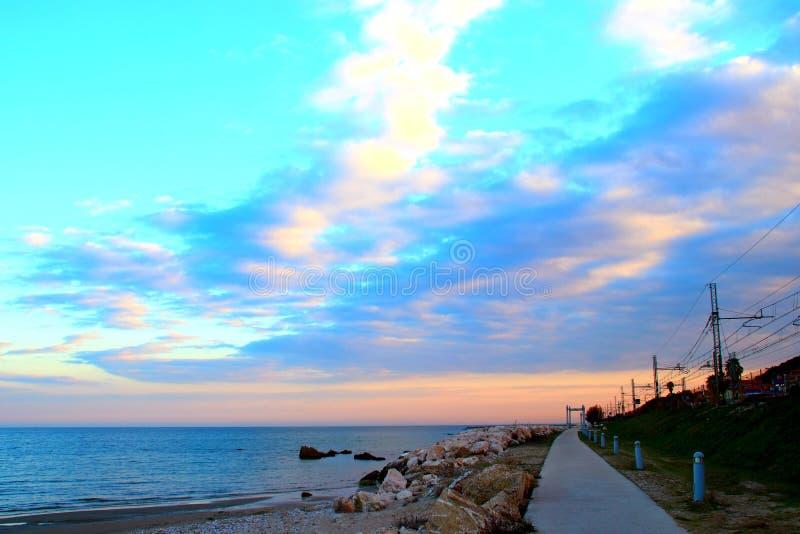 Promenad nära Adriatiskt havet under solnedgång royaltyfria bilder