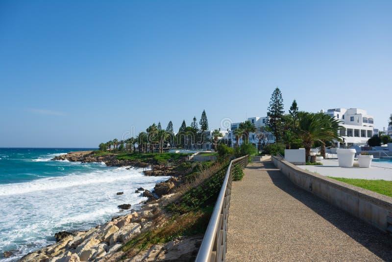 Promenad nära fikonträdstranden i den Protaras staden, Cypern arkivfoton