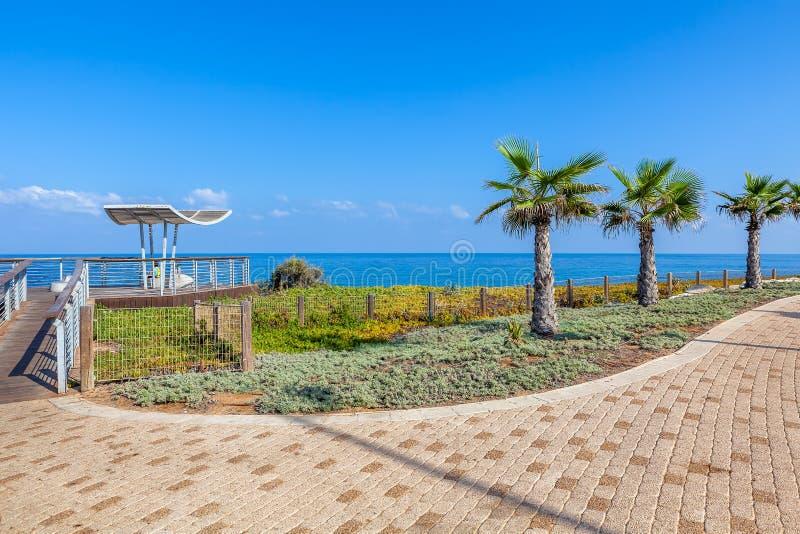 Promenad och synvinkel över shoreline i Ashkelon, Israel. royaltyfri fotografi