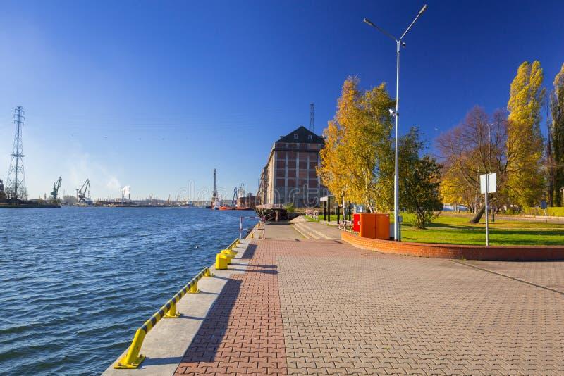Promenad på floden i Nowy portområde av Gdansk arkivbild