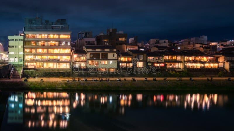 Promenad på natten längs den Kamo floden, Kyoto, Japan fotografering för bildbyråer