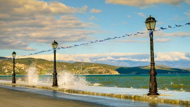 Promenad som går område på sjösidan i grekisk semesterort royaltyfri bild