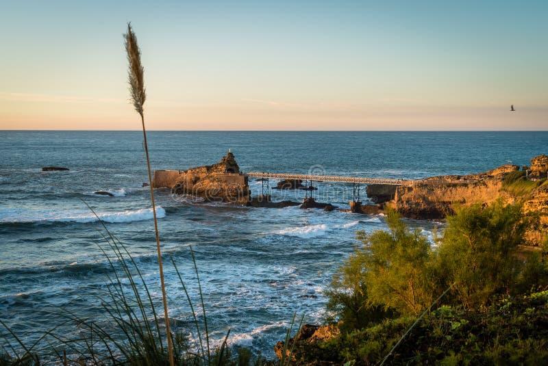 Promenad som går pir med jungfruliga mary i Biarritz royaltyfria foton