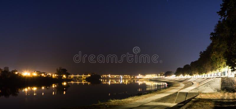 Promenad vid floden Sava på natten, Kroatien Slavonski Brod royaltyfri fotografi