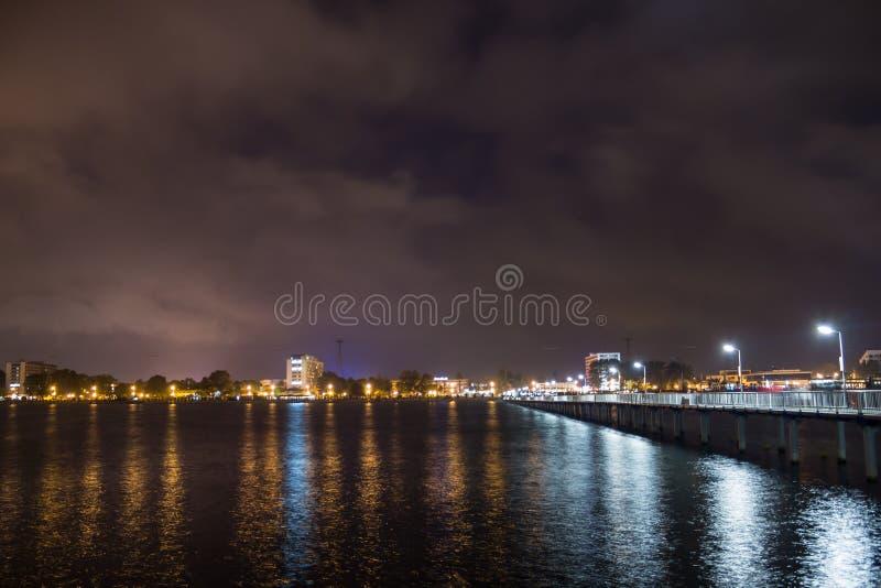 Promenadbro i natt arkivbild