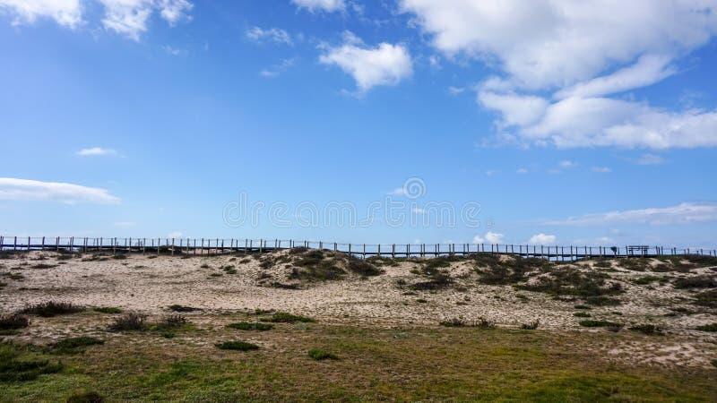 Promenade über den Sanddünen auf einem schönen und entspannenden Strandmorgen bei Gaia, Porto, Portugal lizenzfreie stockfotografie