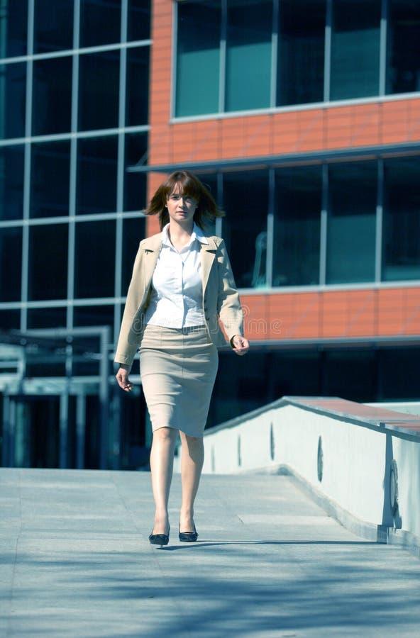 Promenade 3 de femme d'affaires   images libres de droits