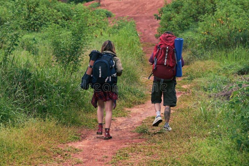 Promenade agréable de jeunes randonneurs photographie stock